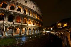 Colosseo na noite. Roma, Itália imagens de stock