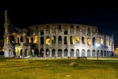 Colosseo a Roma di notte Fotografie Stock Libere da Diritti