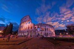 Colosseo - turistas e a cidade fotos de stock