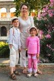 colosseum在儿子附近的女儿母亲 免版税库存照片