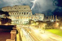 Colosseum晚上 下雨和闪电 皇族释放例证