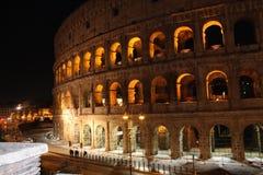Colosseum à la nuit images stock