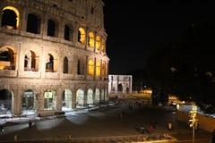 Colosseum à la nuit image libre de droits