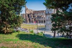 Colosseum Ρώμη που βλέπει από το palantinehill, που συσσωρεύεται με τα turists στοκ εικόνες