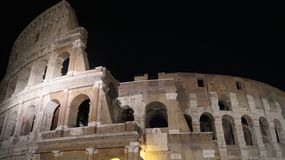 Colosseum στο σκοτάδι νύχτας της Ρώμης στοκ εικόνα