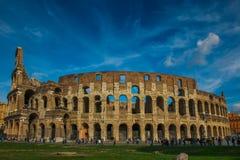 Colosseum с ясным голубым небом, Римом Стоковое Изображение RF