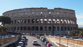 Colosseum antiguo majestuoso en Roma contra el cielo azul almacen de video
