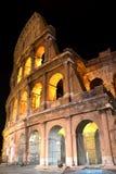 Colosseum antiguo majestuoso por noche en Roma, Italia Imagen de archivo libre de regalías