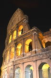Colosseum antique majestueux par nuit à Rome, Italie Photos stock
