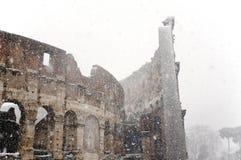 Colosseum bajo nevadas fuertes Fotos de archivo libres de regalías