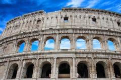 Colosseum berömd arkitektonisk monumentnärbild i dagen på molnbakgrunden italy rome Arkivfoton