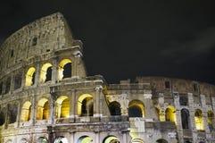 Colosseum bis zum Nacht Lizenzfreie Stockfotos