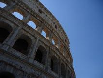 Colosseum con cielo blu immagini stock libere da diritti