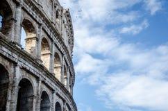 Colosseum con un cielo blu e le nuvole Immagine Stock