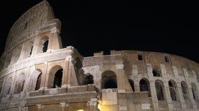 Colosseum in de nachtduisternis van Rome stock afbeelding