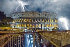 Colosseum in der Nacht Regnen und Blitz Lizenzfreies Stockfoto