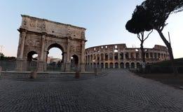 Colosseum e o arco de Constantim imagens de stock