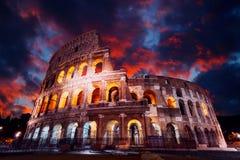 Colosseum em Roma na noite Italy Fotos de Stock