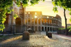 Colosseum en boog stock afbeelding