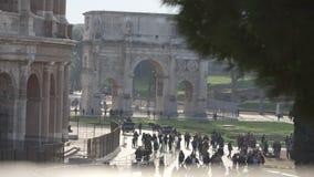 Colosseum en Boog van Constantine Rome stock footage