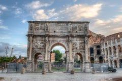 Colosseum en Boog van Constantine, Rome, Italië stock afbeeldingen