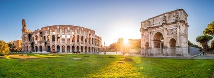 Colosseum en Constantine Arch bij zonsondergang, Rome, Italië stock afbeeldingen