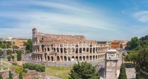 Colosseum en el panorama de Roma Fotos de archivo
