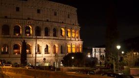 Colosseum en la noche en Roma Italia almacen de video
