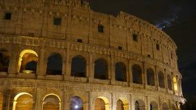 Colosseum en la noche, Roma, Italia, timelapse, enfoca adentro, 4k almacen de video