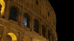 Colosseum en la noche, Roma, Italia, timelapse, enfoca adentro, 4k almacen de metraje de vídeo