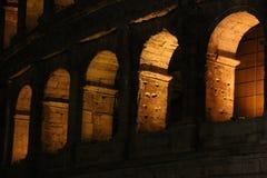 Colosseum en la noche Ventanas viejas hermosas en Roma (Italia) fotografía de archivo libre de regalías
