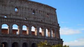 Colosseum en Roma contra el cielo azul almacen de metraje de vídeo