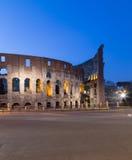 Colosseum en Roma en la noche Imagenes de archivo