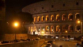 Colosseum en Roma en la noche almacen de metraje de vídeo