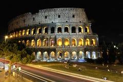 Colosseum en Roma por noche. Imagenes de archivo