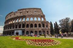 Colosseum esteriore con i fiori in primavera Belle vecchie finestre a Roma (Italia) Immagine Stock Libera da Diritti