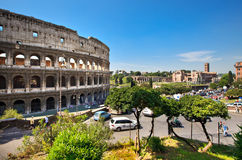 Colosseum et forum romain sur l'horizon Images stock
