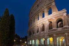 Colosseum i Rome på den blåa timmen arkivfoto