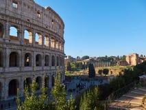 Colosseum, igualmente conhecido como Flavian Amphitheatre com turistas Indicadores velhos bonitos em Roma (Italy) foto de stock