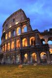 Colosseum iluminado en el crepúsculo fotos de archivo libres de regalías