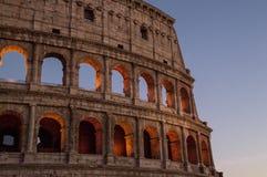 colosseum italy rome Den yttre väggen av aftoncoliseumen Välvda öppningar markeras i orange backlighting arkivfoton