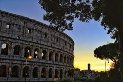Colosseum le temps de coucher du soleil photos stock