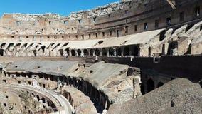 Colosseum met toeristen stock video
