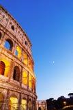 Colosseum na noite com os arcos iluminados brilhantes Imagens de Stock Royalty Free