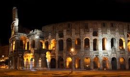 Colosseum na noite em Roma, Italy Imagem de Stock