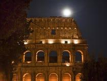 Colosseum Nachtmond führt Rom Italien einzeln auf Stockfoto