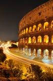 Colosseum nachts stockbild