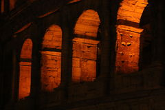 Colosseum nachts Schöne alte Fenster in Rom (Italien) Lizenzfreie Stockbilder