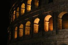 Colosseum nachts Schöne alte Fenster in Rom (Italien) Stockfotografie