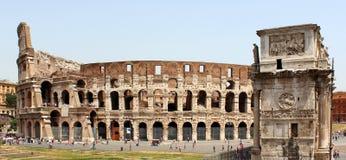 Colosseum och båge av Constantine arkivfoto